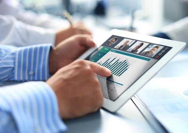 Крупный план видеоконференцсвязи человека с коллегами на цифровом планшете
