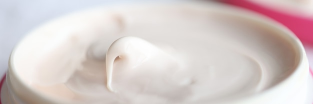 Крупным планом розовая банка увлажняющего крема