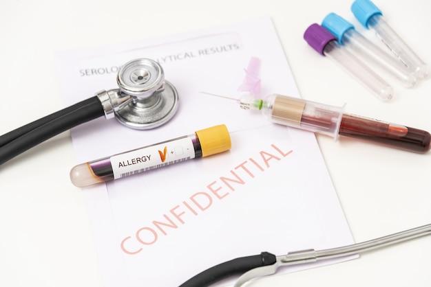 알레르기에서 양성 혈액 샘플의 근접 촬영