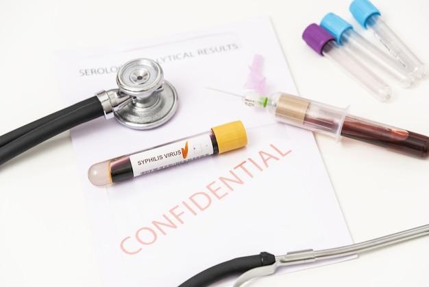 매독에서 양성 혈액 샘플의 근접 촬영