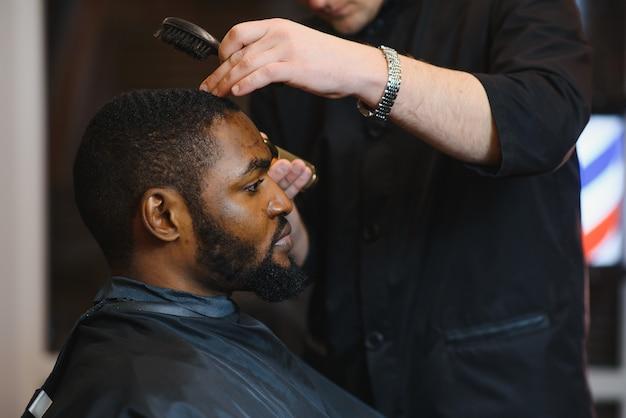 理髪店で髪をトリミングするプロセスのクローズアップ