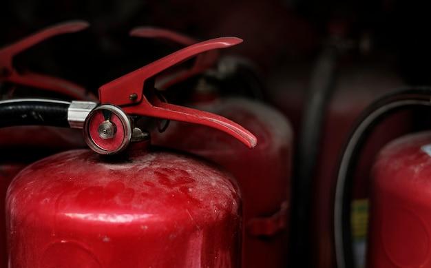 赤い消火器のクローズアップ