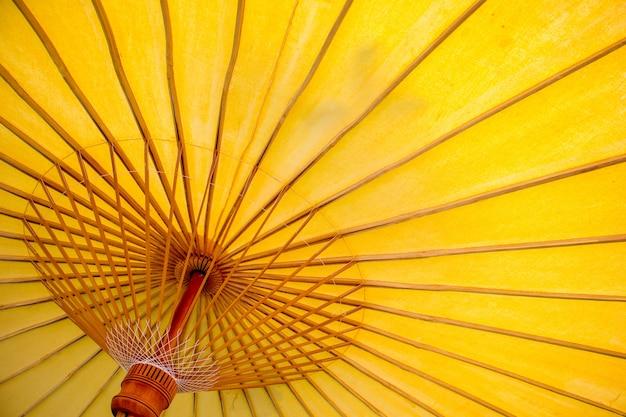 赤い手作りの傘の構造パターンの拡大