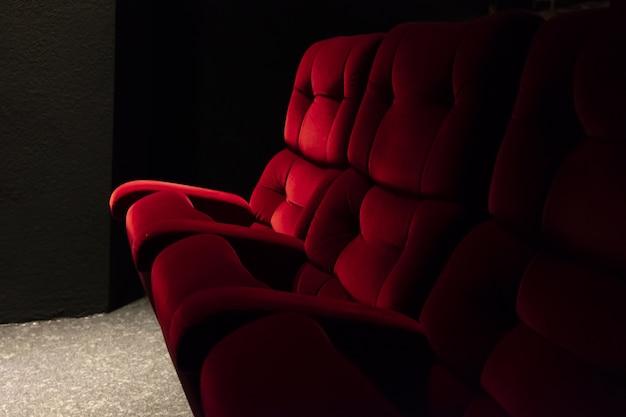 スイスの映画館のライトの下で赤い座席のクローズアップ