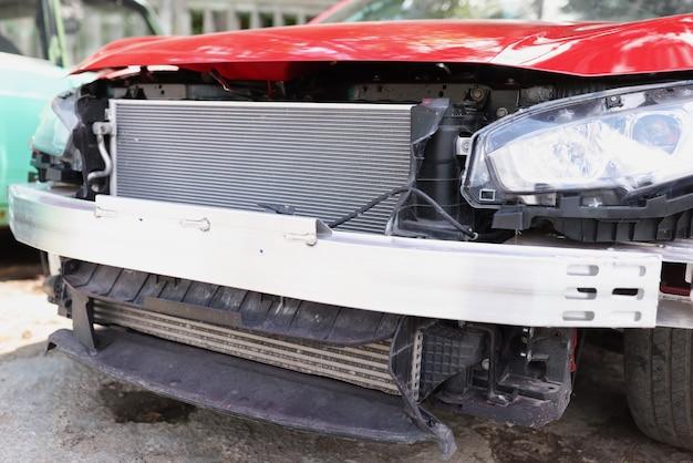 修理店で赤い難破した車のクローズアップ