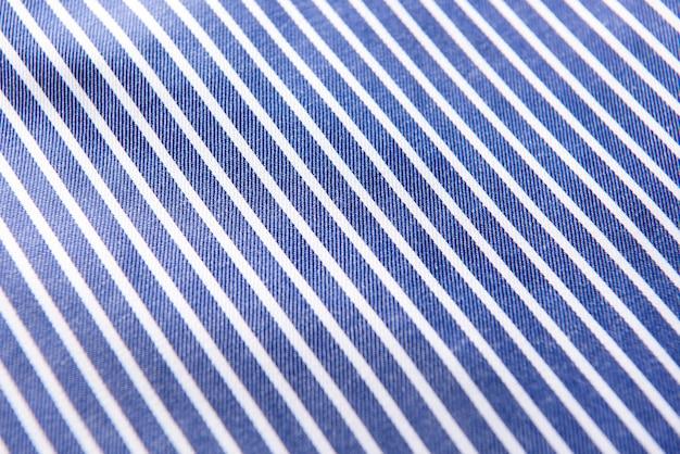 Крупным планом рифленая синяя шелковая ткань, синий фон текстуры ткани