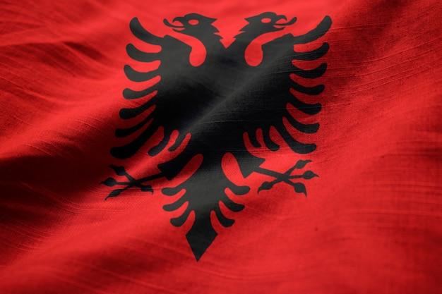 뻗 치고 알바니아 국기, 바람에 날리는 알바니아 깃발의 근접 촬영