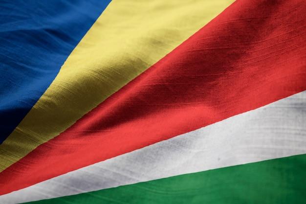 Макрофотография флагов ruffled seychelles, флаг сейшельских островов, дующий в ветру