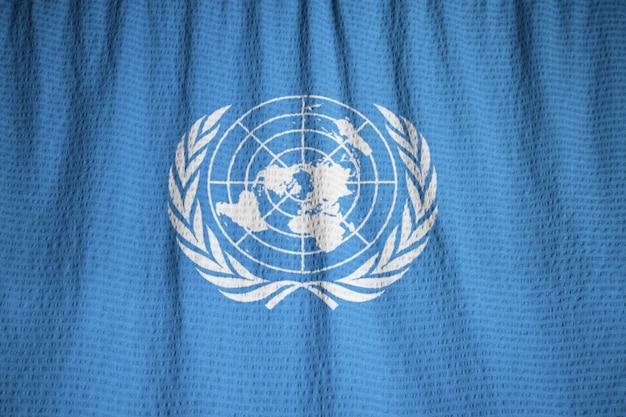 뻗 치고 유엔 깃발, 바람에 날리는 유엔 깃발의 근접 촬영