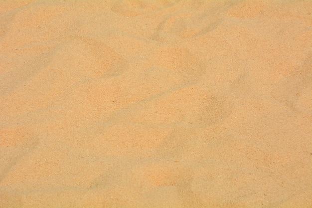 Крупным планом песчаный узор на пляже летом