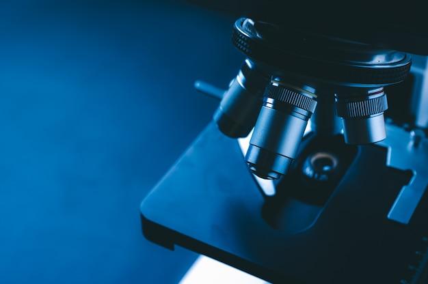 金属レンズ付きの科学顕微鏡のクローズアップ