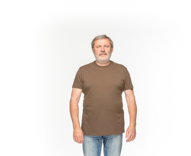 흰색 배경에 고립 된 빈 갈색 티셔츠에 수석 남자의 시체의 근접 촬영. 의류, 복사 공간 디자인 개념에 대 한 조롱. 전면보기