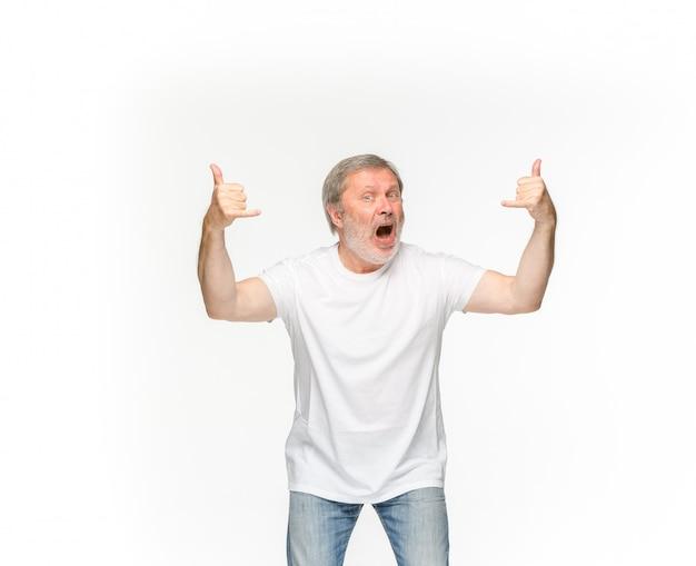 白で隔離される空の白いtシャツで年配の男性の体のクローズアップ
