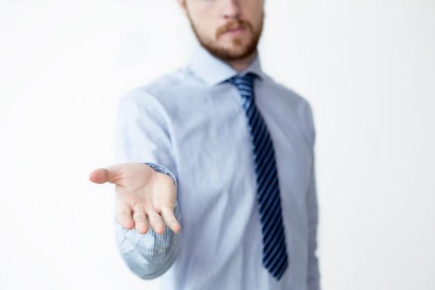 Макрофотография серьезный бизнес человек, показывая пальцем