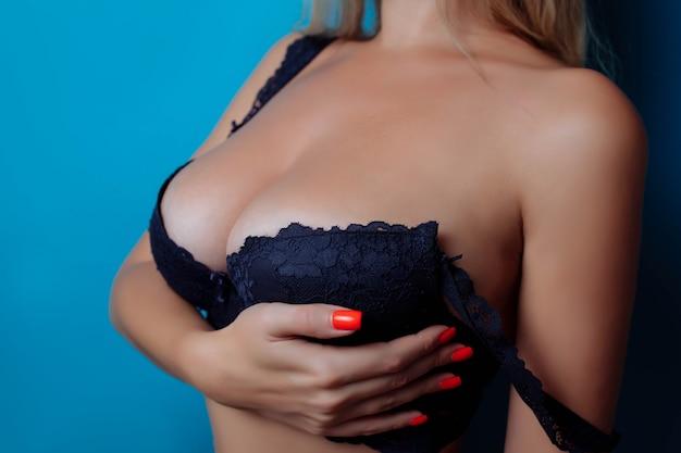 ブラジャーの女性の胸のセクシーな胸のクローズアップまたはランジェリーの整形手術の大きな自然のおっぱい