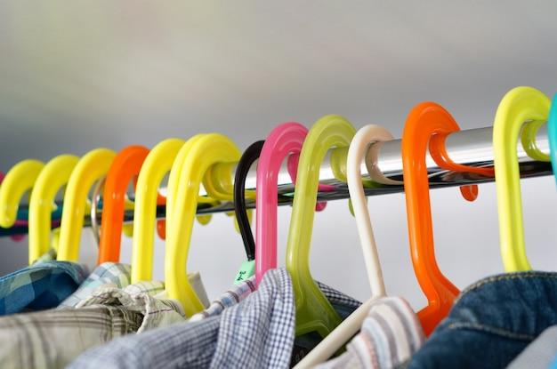 Крупным планом вешалки для рубашек