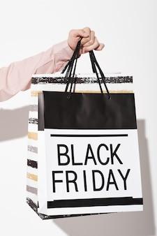 매장에서 블랙 프라이데이 동안 쇼핑백을 들고 있는 쇼핑객 클로즈업