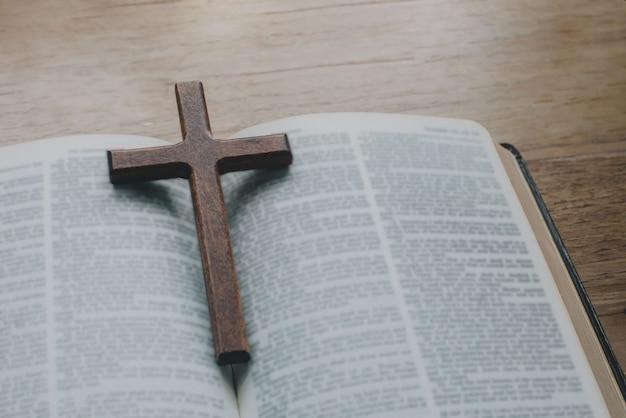 희망 믿음 기독교의 성경 개념에 간단한 나무 기독교 십자가 목걸이의 근접 촬영