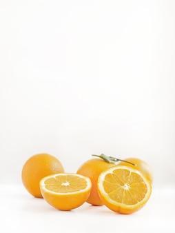 아름다운 빛에 슬라이스 및 전체 오렌지의 근접 촬영