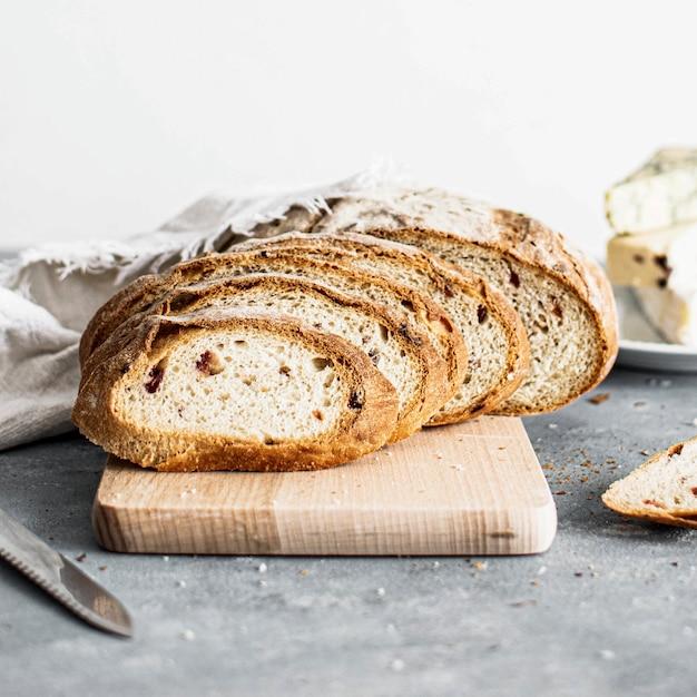Крупным планом кусочки пшеничного хлеба на столе