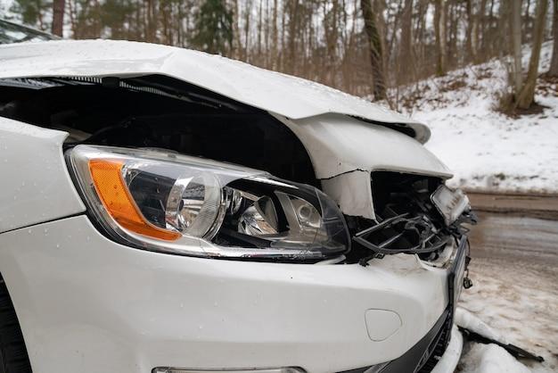 事故後の破壊された車のクローズアップ。市内で自動車事故が発生した後、車両の前部が壊れた。