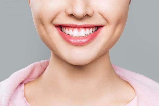 Крупный план улыбки с белыми здоровыми зубами.