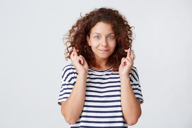 곱슬 머리를 가진 웃는 아름 다운 젊은 여자의 근접 촬영 스트라이프 티셔츠를 입고