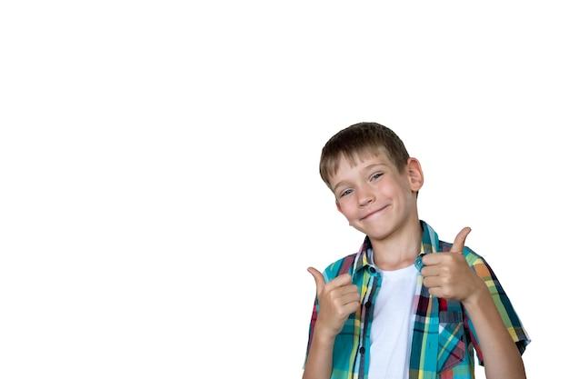흰색 배경, 복사 공간에 고립 된 제스처를 엄지손가락을 보여주는 웃는 소년의 근접 촬영. 기쁨, 행복 개념입니다.
