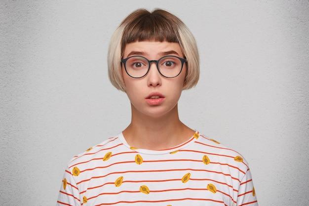 Крупным планом улыбается симпатичная молодая женщина носит полосатую футболку