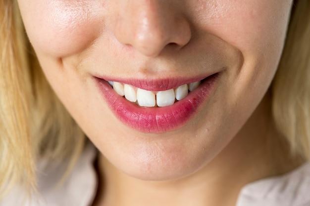 笑顔の女性の歯のクローズアップ
