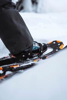 雪のピークでのスノーシューのクローズアップ