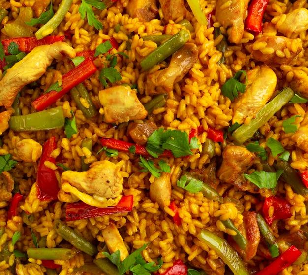 Крупный план испанского риса паэлья с курицей
