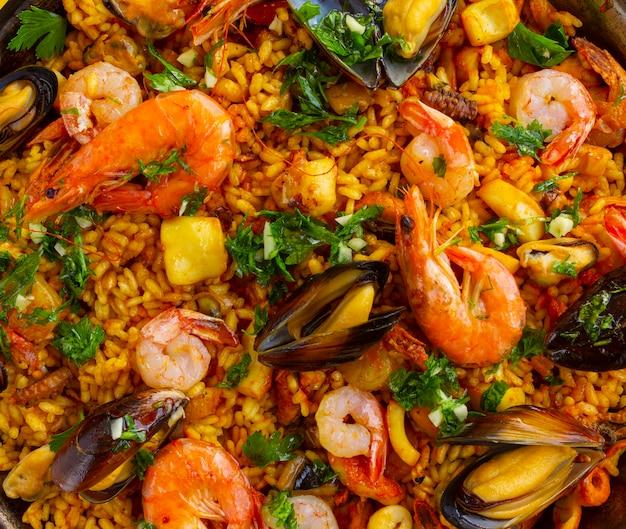 Крупный план испанской паэльи с морепродуктами