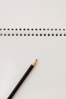 スパイラルノートと鉛筆のクローズアップ。白紙のコピースペーステンプレート。