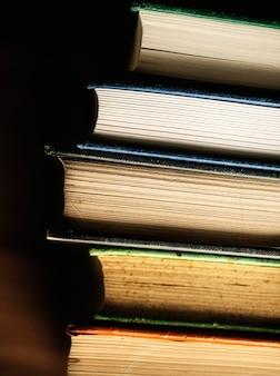 Макрофотография стека антикварных книг образовательной, академической и литературной концепции