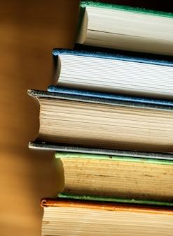アンティークの本のスタックのクローズアップ教育、学術、文学の概念