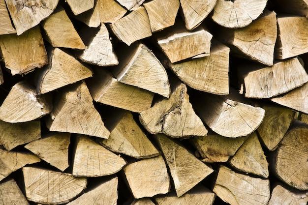 昼間の日光の下で積み重ねられた木の木材のクローズアップ