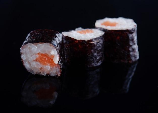 Крупным планом суши на черном фоне с отражением