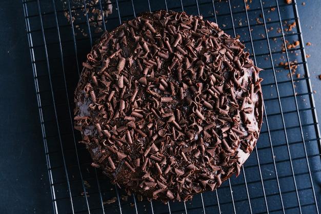 베이킹 시트에 초콜릿 청크와 함께 맛있는 초콜릿 케이크의 근접 촬영.