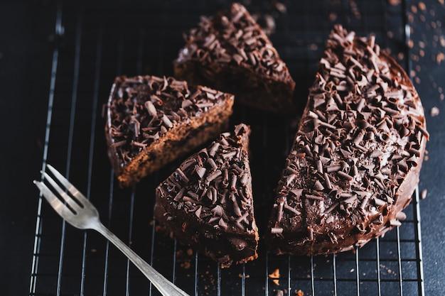 ベーキングシートにチョコレートチャンクとおいしいチョコレートケーキのクローズアップ。