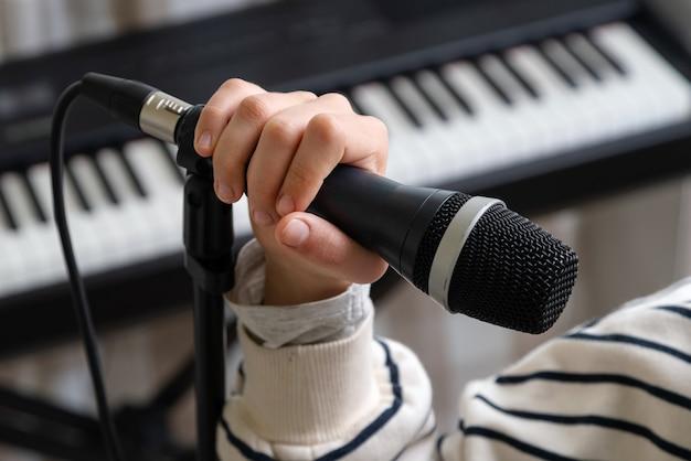 홈 스튜디오에서 음악을 녹음하는 십 대의 근접 촬영입니다.