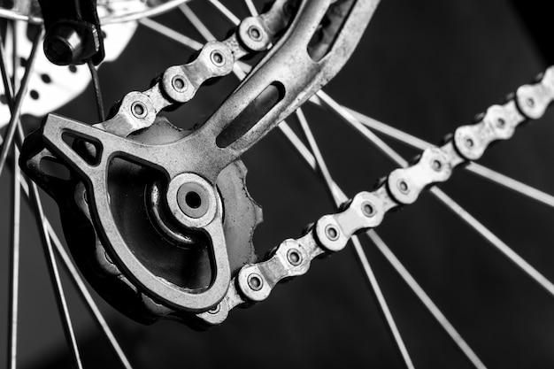 マウンテンバイクのテンショナーギアのクローズアップ