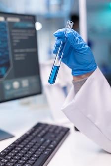 Крупным планом пробирки для научного эксперимента