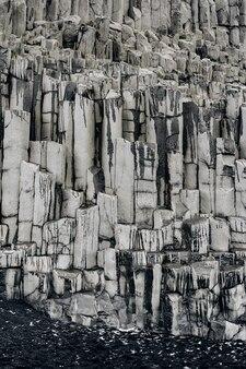 아이슬란드 비크 해변에 있는 현무암 돌의 질감 클로즈업