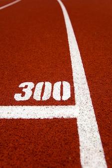 300メートルのクローズアップは赤いスタジアムランニングトラックをマークします。