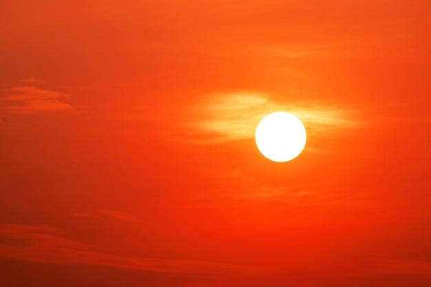 美しい太陽と赤い空のクローズアップ。