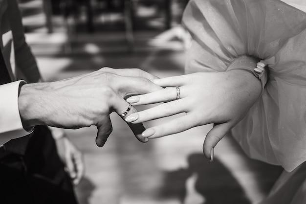 Крупным планом руки жениха и невесты черно-белое фото жениха и невесты место для текста ...