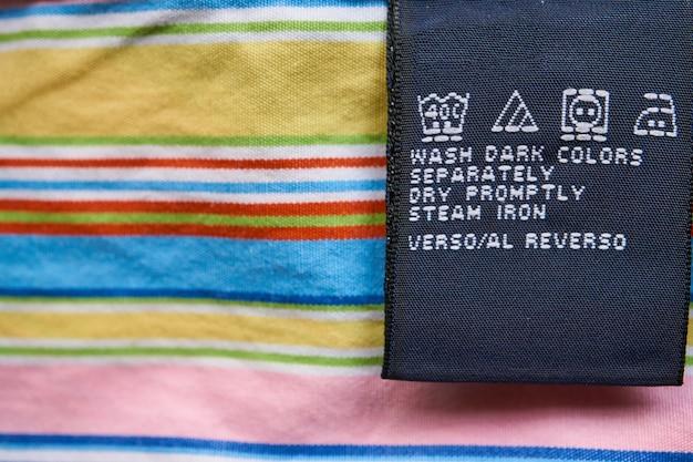 Крупный план яркой этикетки яркой раздетой рубашки