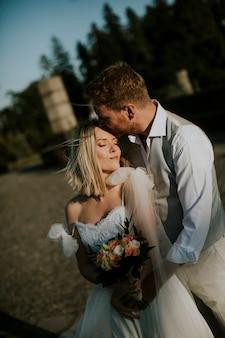 かわいい若い新婚カップルのクローズアップ
