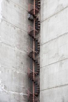 コンクリートの都市の建物での非常階段のクローズアップ